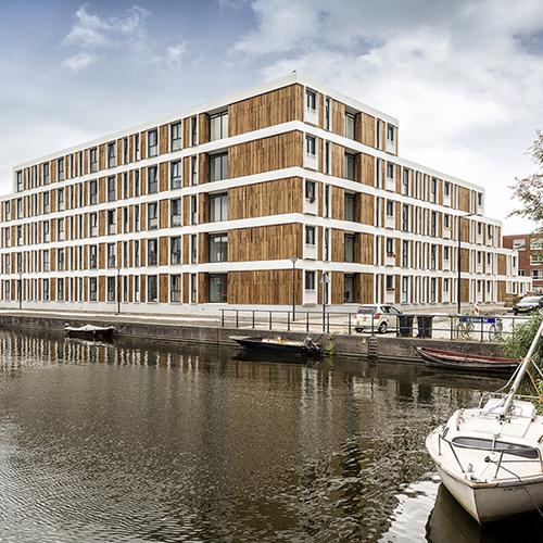 Gestapelde bouw van Jan Snel - Appartementencomplex aan het water